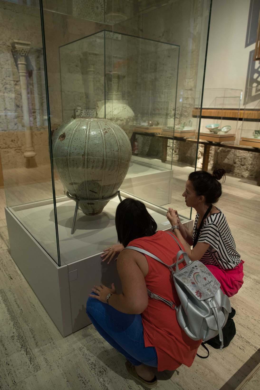 El Museo de la Alhambra exhibe una selección de piezas invitadas del Museo Arqueológico de Granada