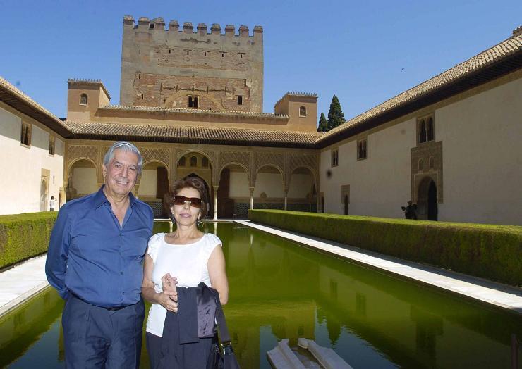 Vargas Llosa visita la Alhambra