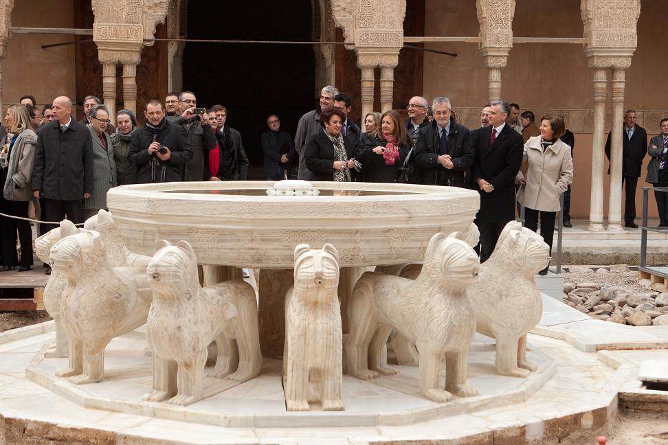 Griñán visita la restauración del Patio de los Leones de la Alhambra, que reabrirá al público la próxima primavera