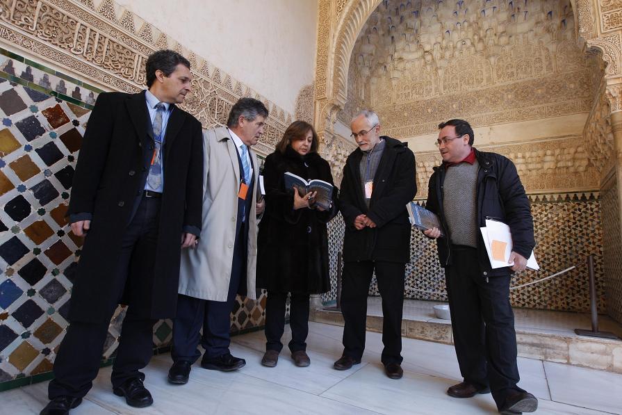 La directora del Patronato presenta el libro Leer la Alhambra, del profesor José Miguel Puerta Vílchez