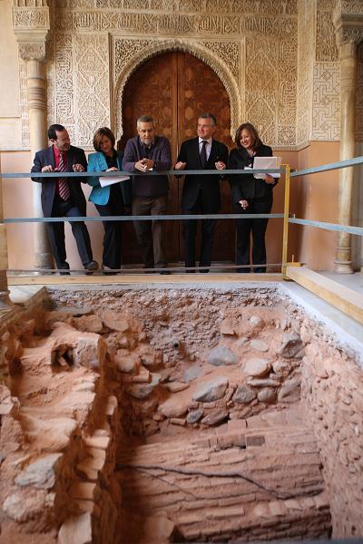 El consejero de Cultura visita la intervención del Patio de los Leones de la Alhambra