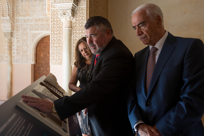 La Alhambra, más accesible con la instalación de los puntos táctiles a lo largo del itinerario de visita pública