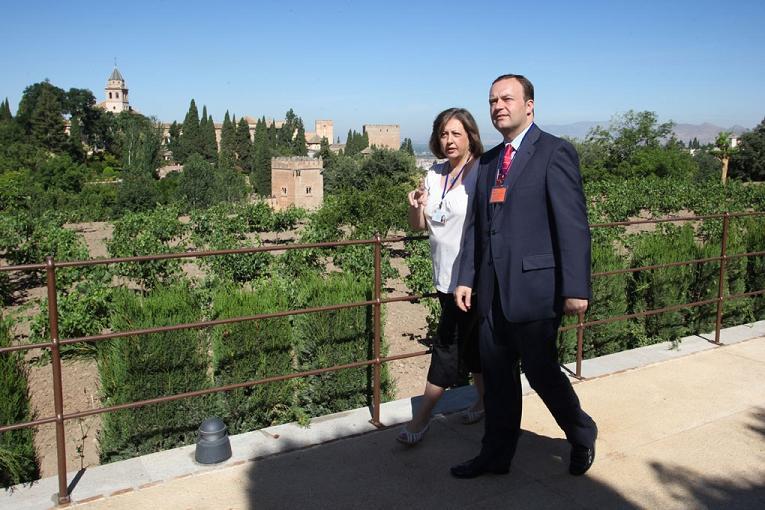 El delegado del Gobierno y la directora del Patronato de la Alhambra visitan el Paseo de los Nogales del Generalife, que hoy se abre al público