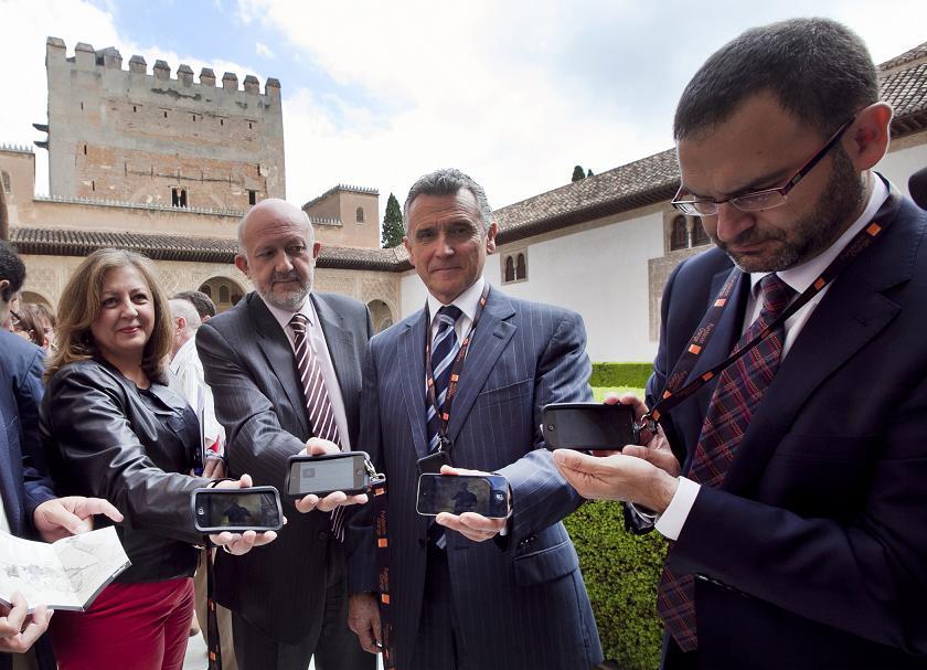 La Alhambra, más accesible con el nuevo servicio gratuito de Signoguías para personas sordas