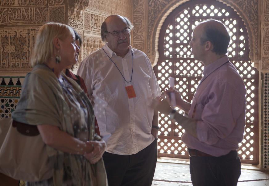 El escritor chileno Antonio Skármeta visita la Alhambra