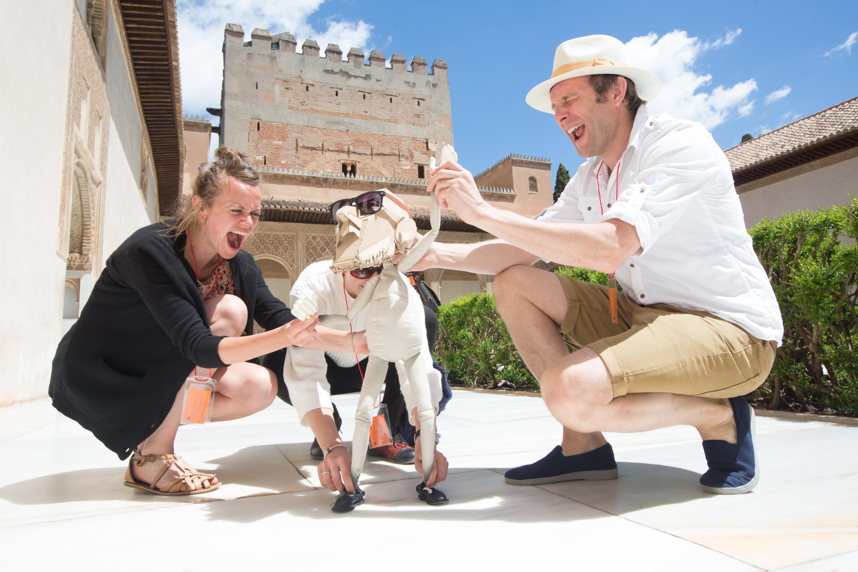 Moisés, un turista muy 'original' visita la Alhambra