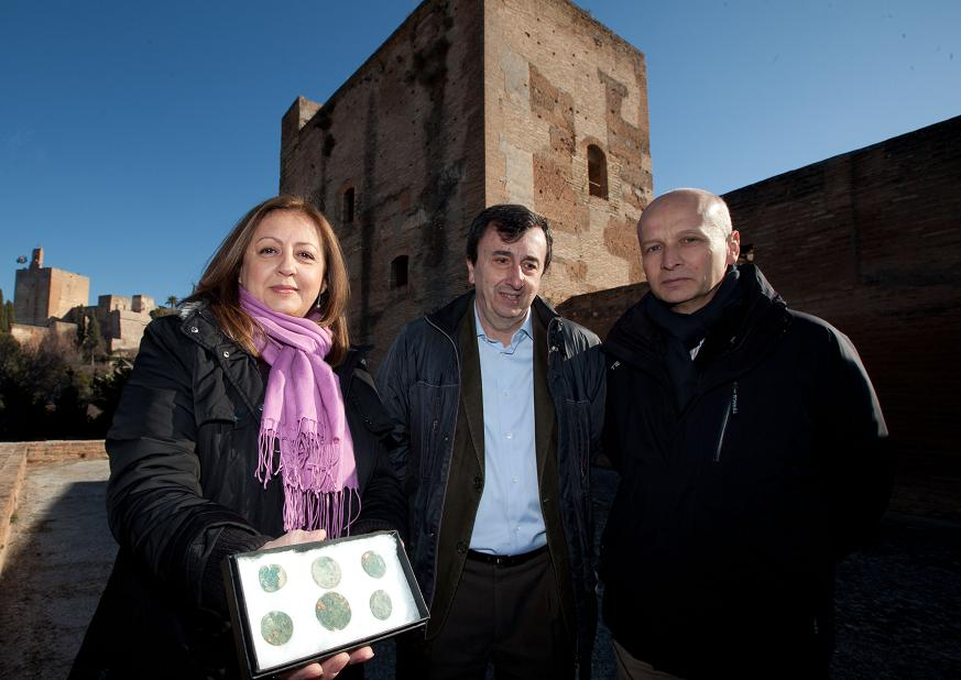 La directora general del Patronato de la Alhambra y Generalife visita la intervención arqueológica en el conjunto fortificado de Torres Bermejas