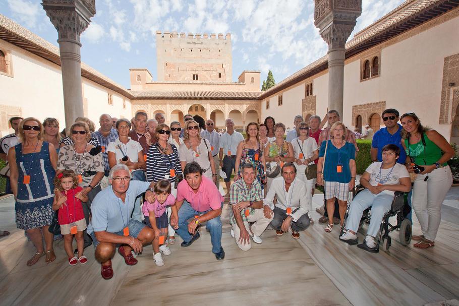 Las glorias del Granada C.F. se pasean la Alhambra