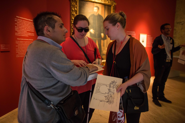 """La Alhambra, pionera en la organización de una visita  multisensorial simultánea a la exposición de """"Los Tendilla"""""""