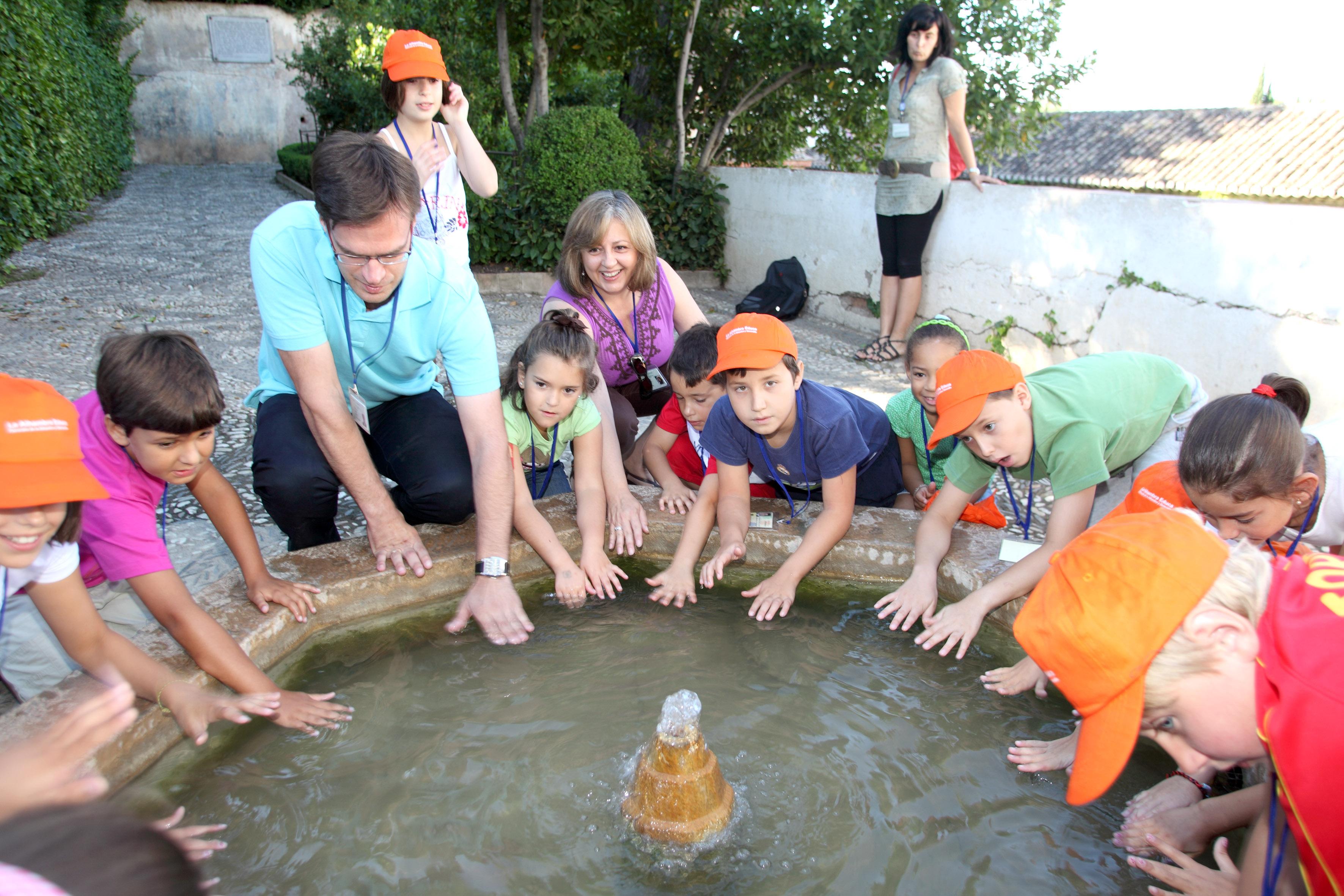 Los niños disfrutan del verano en la Alhambra con visitas guiadas y talleres didácticos
