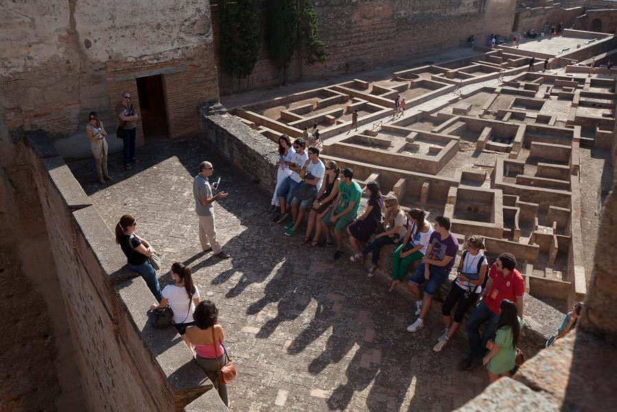 Comienzan las visitas guiadas por especialistas con un recorrido por los espacios y usos en la Alhambra