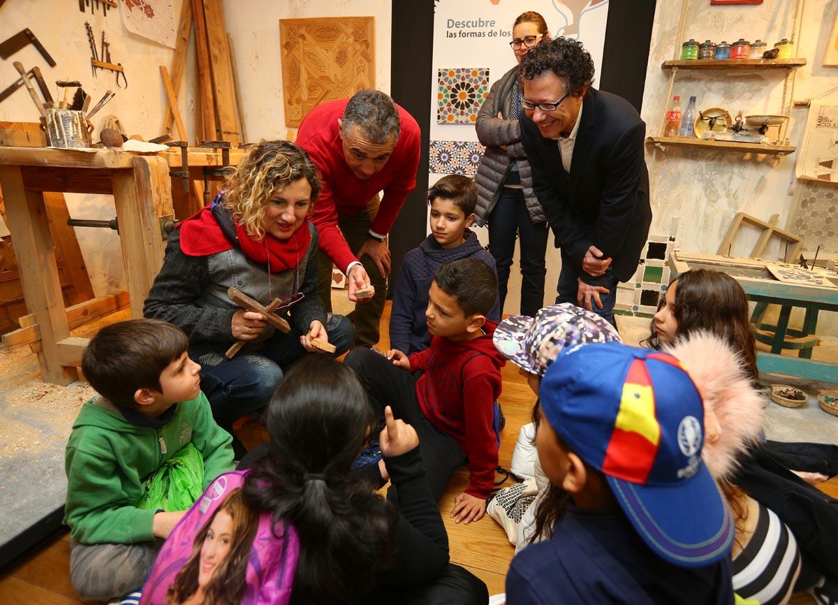 La Alhambra inaugura una exposición sobre talleres artesanos de cerámica, piedra, yeso y madera