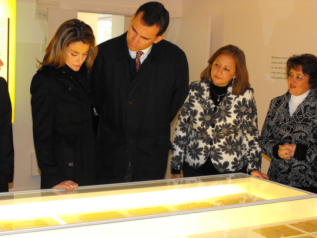 """Los Príncipes de Asturias visitan la exposición """"Gallo"""" en la Residencia de Estudiantes de Madrid"""