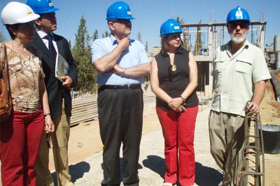 El subdelegado del gobierno y la directora del Patronato de la Alhambra visitan las obras en el cementerio musulmán