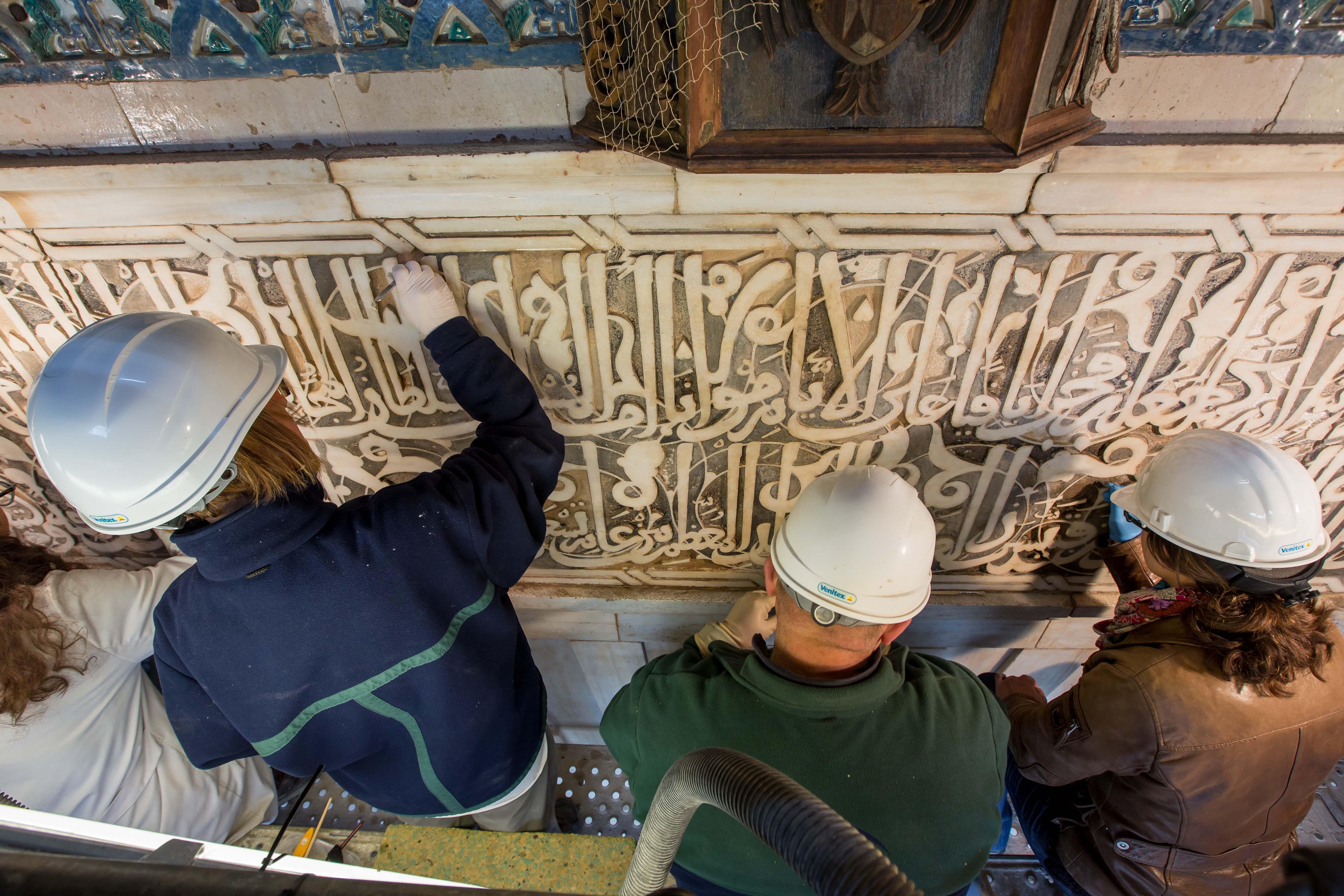 La restauración de la Puerta de la Justicia desvela detalles decorativos y técnicas artesanales de la Alhambra medieval