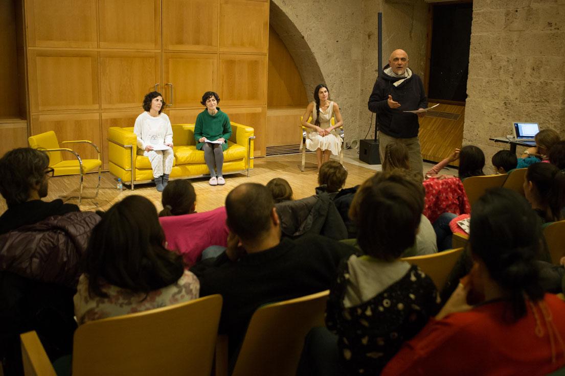 El ciclo 'El teatro se lee en la Alhambra' acoge este viernes 'Las canciones que les cantaban a los niños', de Raúl Dans, con actores de Histrión y Remiendo Teatro
