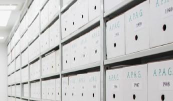 Cajas en una estantería