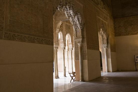 al-šimāsa                  قاعة النوافذ القوسية