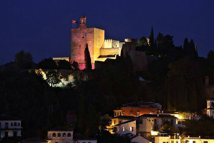 Pink illumination on the Torre de la Vela in defence of the values of girls