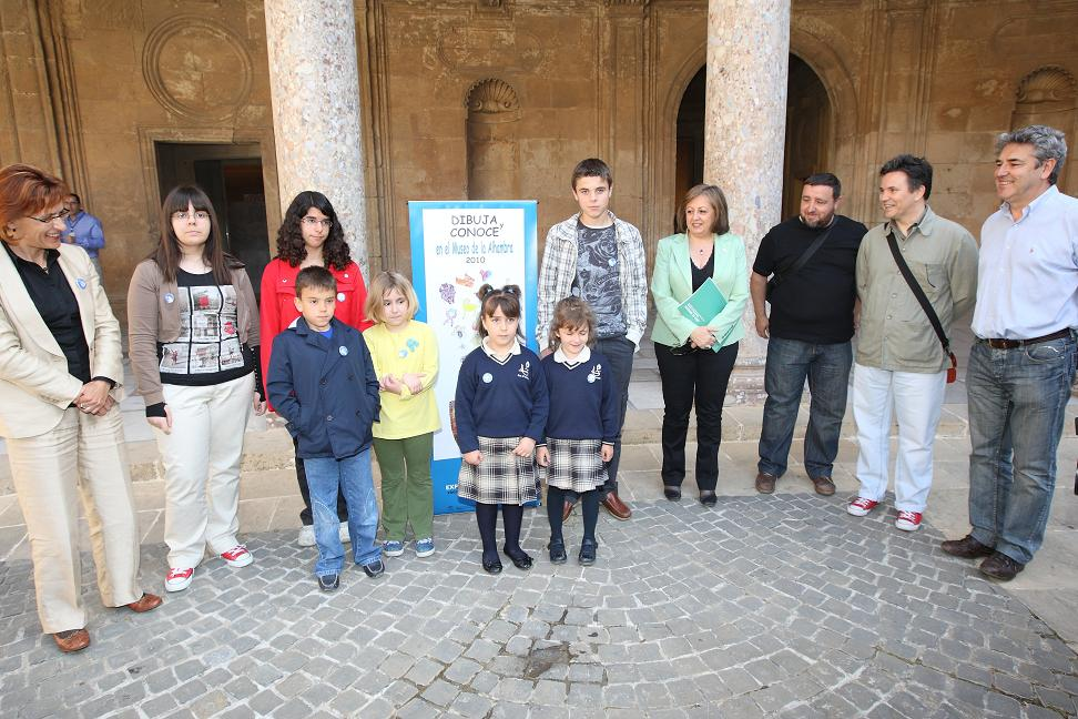 The Director of the Patronato de la Alhambra and the Area Director of the Andalusian Ministry of Education hand out the Draw and learn in the Museum Awards