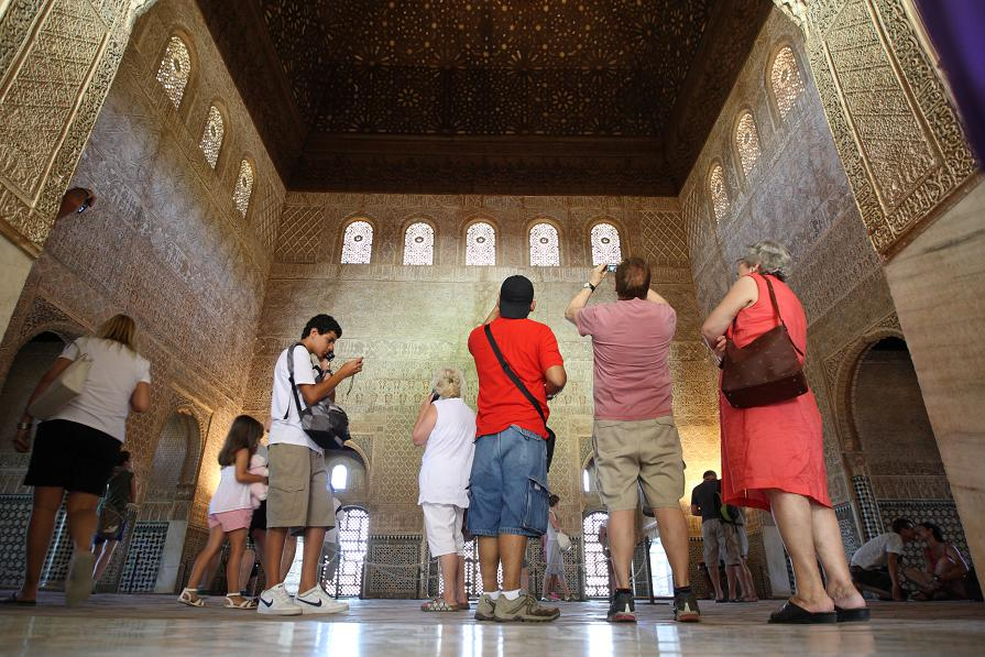 Patronato de la Alhambra y el Generalife awarded Tourist Merit plaque