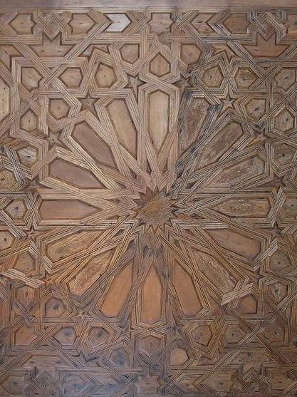Flat ceiling with interlace decoration nailed to a supporting structure