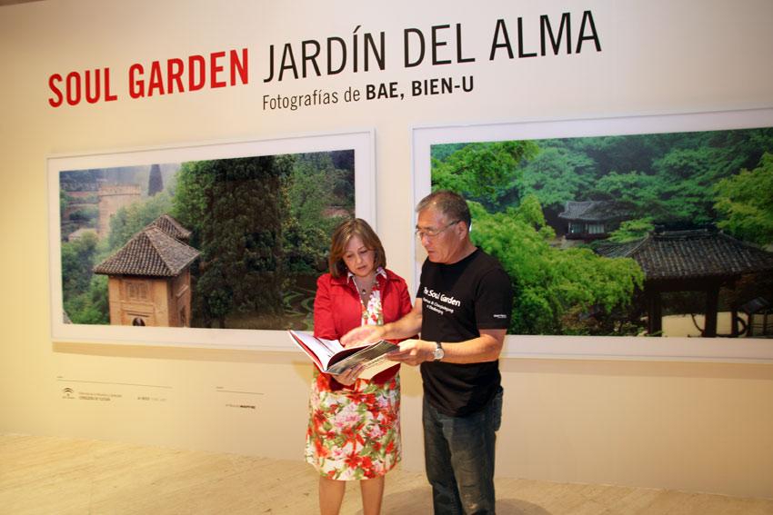 The Director of the Patronato de la Alhambra y Generalife presents the photography exhibition Soul garden. Jardín del alma, with works by Bae Bien-U