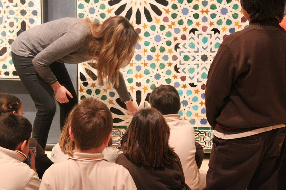 The Museum of the Alhambra is organizing free guided visits for drawing with the family at the weekends