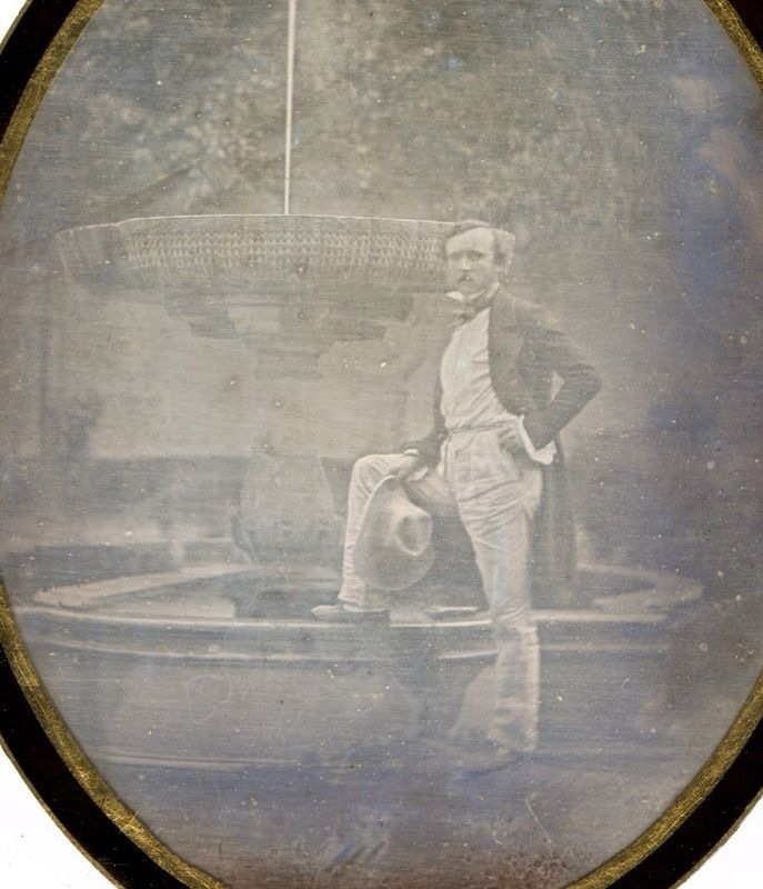 The Council of the Alhambra and Generalife has made an important addition to its art collection. The latest acquisition is a daguerreotype of a man posing in front of the fountain in the Lindaraja Garden.