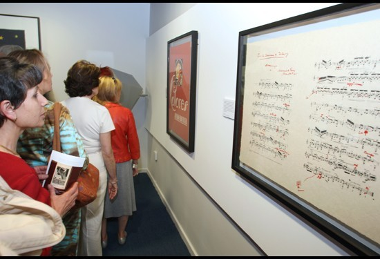 Visitantes en la Exposición Ángel Barrios