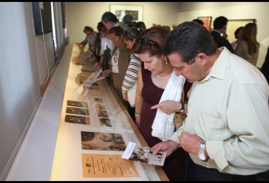 Visitantes en la Exposición Museo-Legado Ángel Barrios
