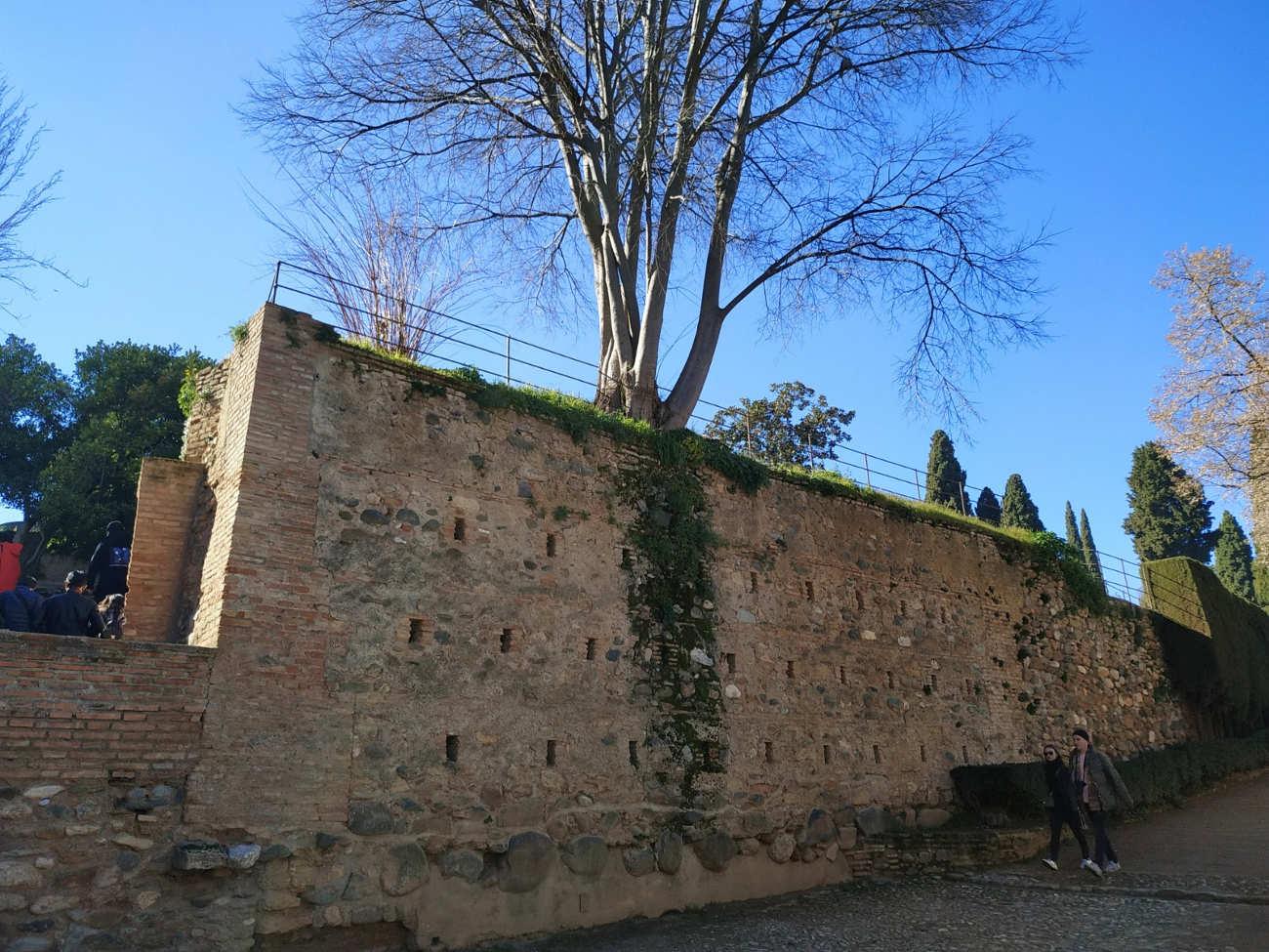 Muro de mampuesto frente a Torre de los Picos