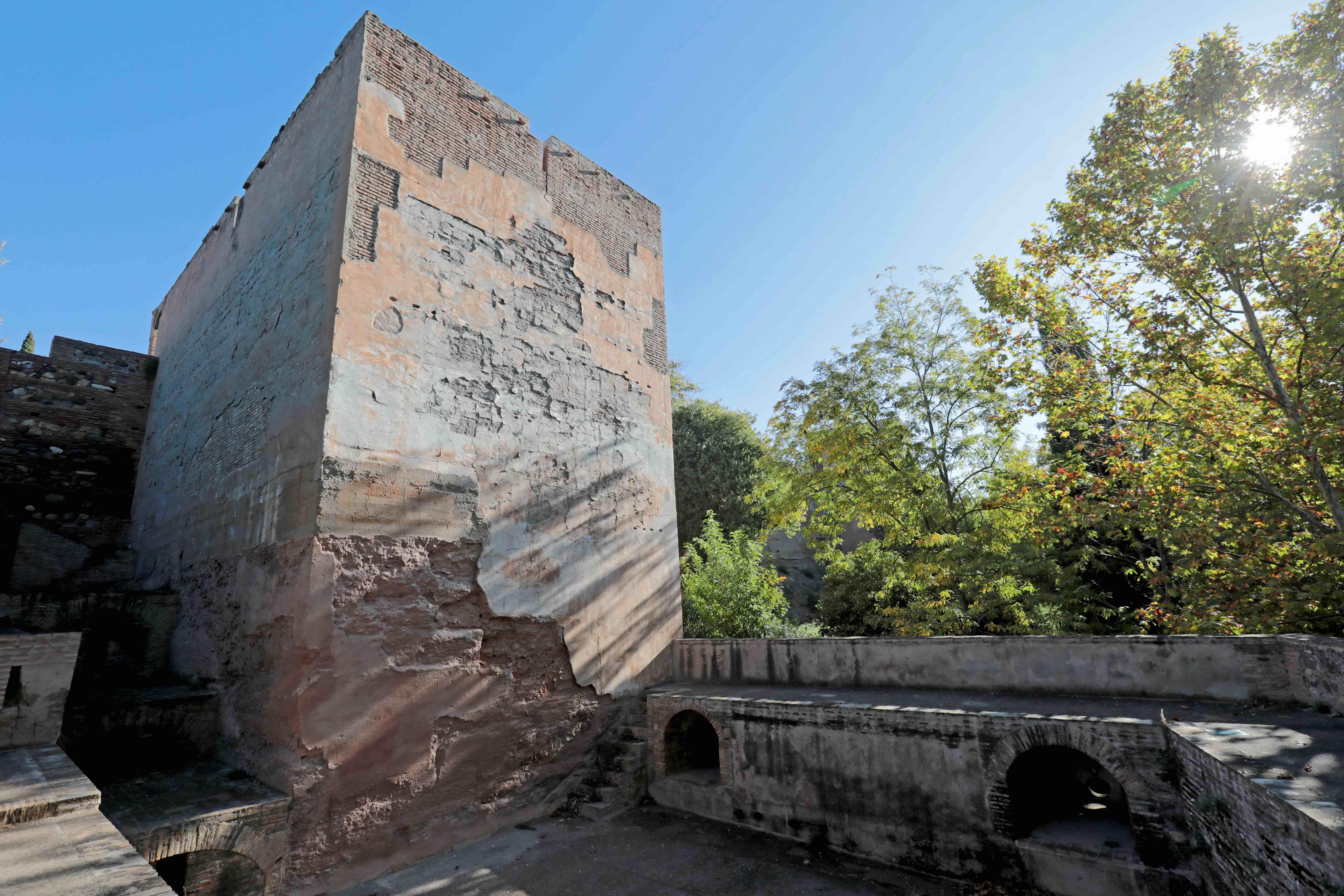 La Alhambra interviene en la cubierta de la Torre de las Cabezas para mejorar su estado de conservación