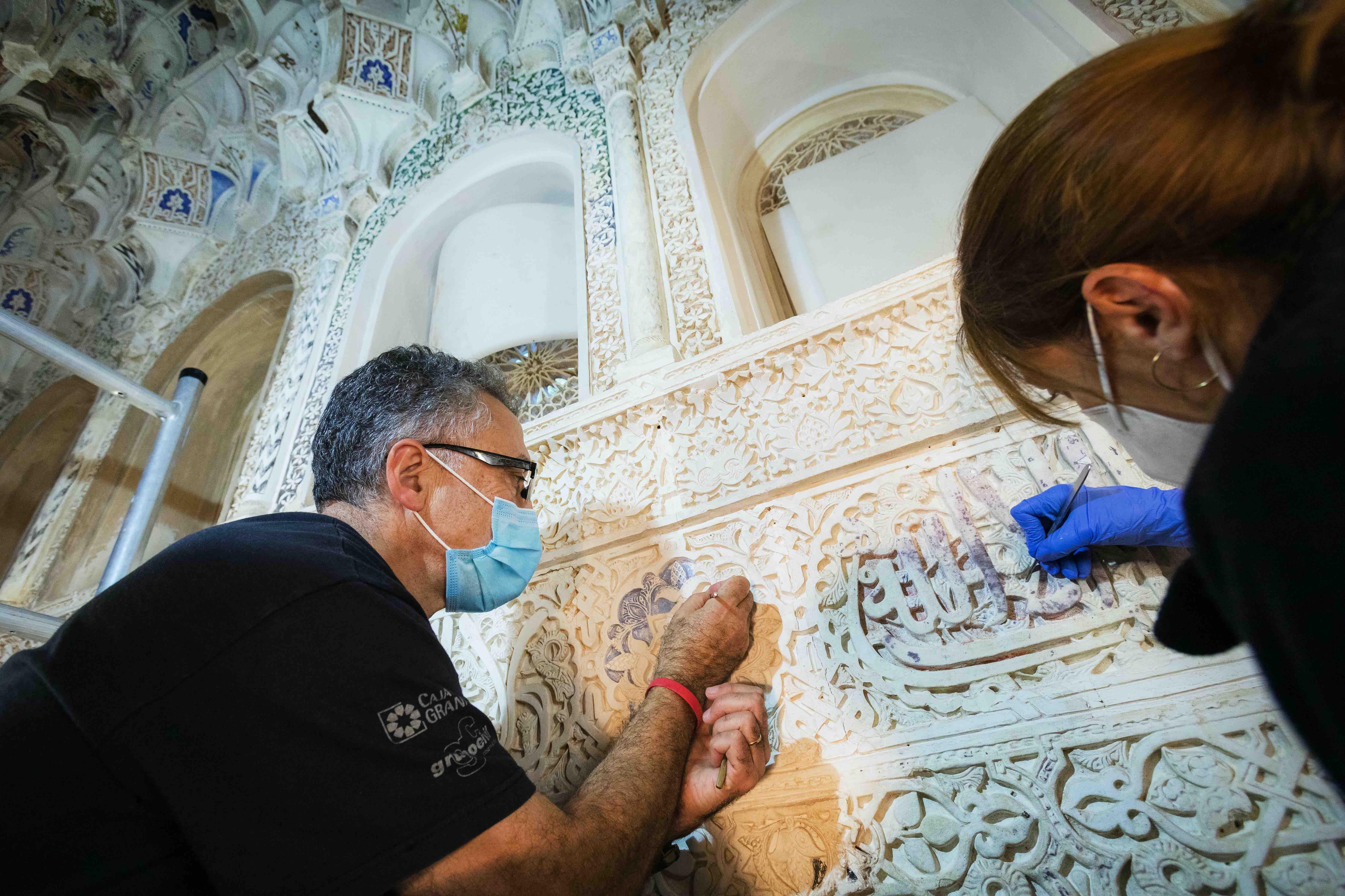 La Alhambra recupera la policromía original de época nazarí de la Sala de los Reyes