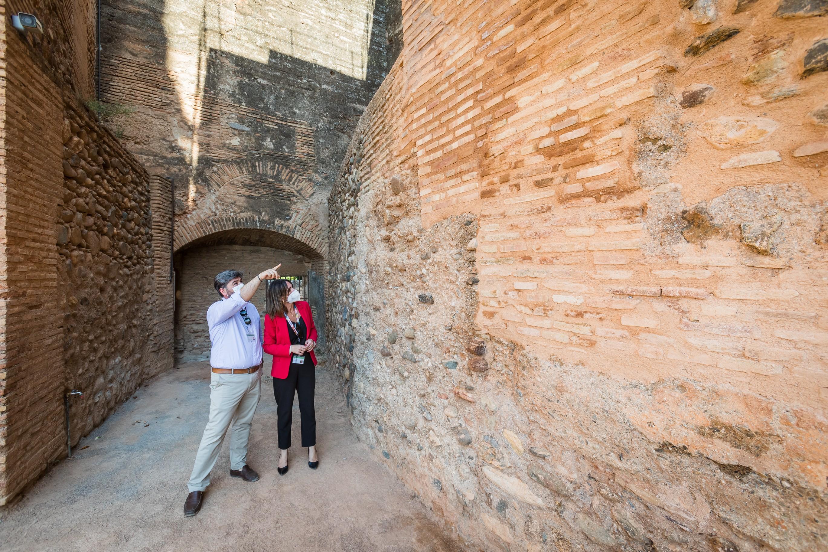 La Alhambra restaura los muros de la Torre del Adarguero de la Alcazaba