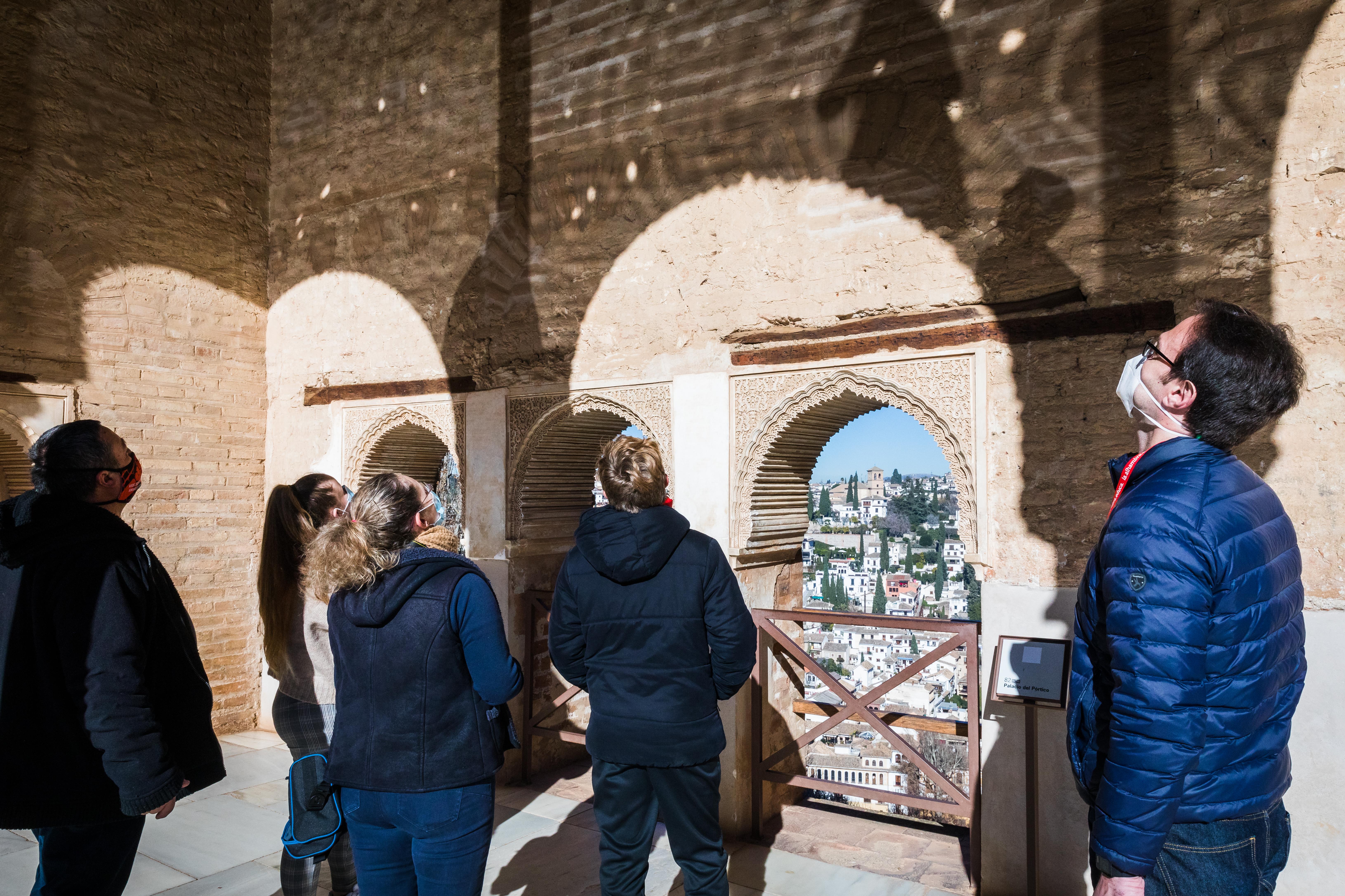 La Alhambra programa nuevas visitas guiadas para acercar a las familias el monumento